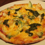フラミンゴス - ディナータイム。海老とアボカドのピザ。バジルソースがアクセント。耳の端までチーズがカリカリ!
