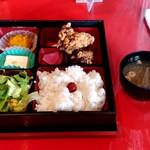 遊食彩宴 サンフラワー - 【2018.10.18(木)】唐揚げランチ(並盛)730円と味噌汁