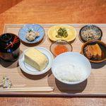 東山 吉寿 - トンポーロー、 九条ねぎの卯の花、 3日醤油漬けしたいくら、 ちりめん山椒、 お漬物、出汁巻き卵