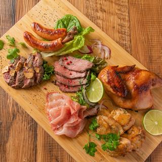 話題沸騰!赤身肉も入った特製肉盛りプレートや、様々な肉料理♪
