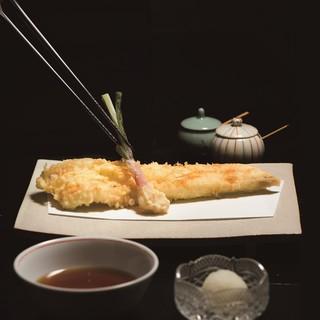 目の前で揚げたばかりの絶品の天ぷらを堪能頂けます