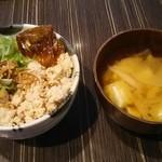 赤坂聳え別館 となり - 鶏そぼろのせご飯と味噌汁