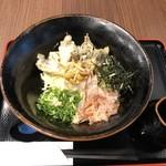 豊前裏打会 萬田うどん - ◆舞茸天となめこおろしぶっかけ、温・冷を選べますので「冷」を。 通常は700円ですが、麺を半量にして頂きましたので100円引きで600円(税込)