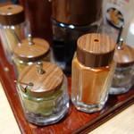 94829260 - 卓上には、抹茶・ゴマ・カレー粉入りの調味塩も用意されていますが、 ひらおの天ぷらは、大根おろしたっぷりの天つゆにじゃぶんと浸けて頂くのが一番好きですね~。
