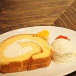 """ラシーヌ - """"こだわり卵""""のどこまでも優しいロールケーキ~ハチミツの香り(500円)(2011/3)"""