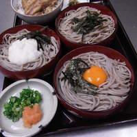 加辺屋 - 海苔、山芋、卵の三つの味を楽しめる三色そば と じっくり煮込んだ煮豚ごはんはよく合います!