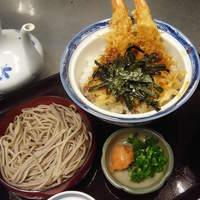 加辺屋 - 加辺屋の一番人気のメニュー、天丼と割子そば一段。