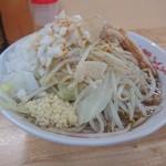 94830368 - 小ラーメン ニンニク少なめ・ヤサイ・アブラ・玉ネギ(有料)