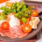丸ごとモッツァレラチーズと霜降り黒毛和牛のトマトすき焼き