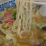 鹿内食堂 - 麺は自家製の低加水麺 緩やかウェーブで少しだけ固めが旨い!