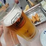 八重勝 - 生中 500円 ※写っている女性の手は関係のない方(^_^;)
