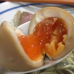 中華そば いづる - 味玉煮干そば880円の味玉のアップ