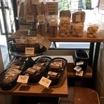 94857370 - 窓際の焼き菓子コーナー