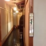 割烹 ばい月 - 各個室への廊下