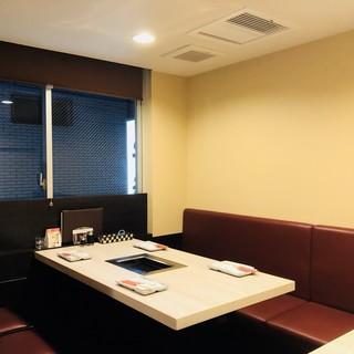 シンプル寛ぐ、大人の半個室。落ち着き空間は団体様にも◎