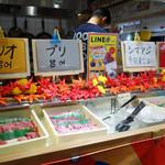 魚助食堂 - 1回のみ取り放題の刺身ビュッフェコーナー。