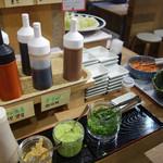 魚助食堂 - タレや薬味も色々あります。