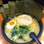 横浜らーめん 一本家 - ラーメン680円麺硬め。海苔増し100円。