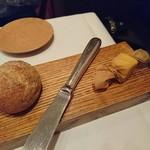 94892467 - キャラメルみたいなバターと熱々パン
