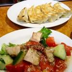 石狩亭 - 鎌倉トマトとキュウリとチャーシューの和え物・餃子
