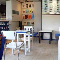クマ カフェ - 壁に300体のベアブリックがあります。