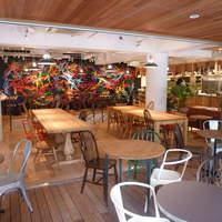 ジンナンカフェ - 【1F】アーバンナチュラルな内装で壁面には若手グラフィックデザイナーの大胆なアートも!