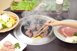 農園レストラン みやもとファーム - 肉やご飯を野菜でまいてお召し上がりください 肉の脂と野菜がよく合います