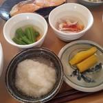 おおばやし食堂 - 小鉢がたくさんで嬉しい「おふくろ定食 (630円)」