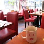 浅草カフェ ラグランドカリス - 赤が基調の店内。明るくて気持ち良い。