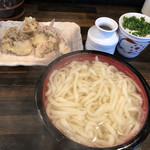 讃岐饂飩 恩家 - 料理写真:釜揚げの大盛りと天ぷら2種類で800円