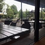 文楽 東蔵 - 窓からテラス席が見えます。