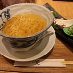 94920083 - 丼に入ったスープと麺が登場(斜め上から)