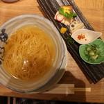 銀座 篝 - 丼に入ったスープと麺が登場(真上から)