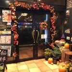 94921075 - ハロウィンの飾りつけの入り口