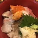 食道楽 - 海鮮丼ハーフ@799円。具の種類は豊富です。マグロとイクラは美味しかったです(^。^)