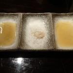 94933581 - 左から 合わせ醤油 広島の藻塩 ごま油+粗塩