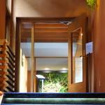 ユニテカフェ - 階段を登ります。