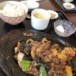 中国日隆園 - 牛スジピリ辛鉄板焼き定食 2/2