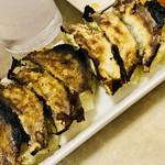 コウベギョウザライライ - 一口餃子はよく焼けてるんだけど皮がパリッとした感じではないの…そこが不思議。美味しい。