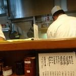 94948412 - カウンターから見た厨房