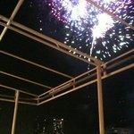 クッチーナ クラチオーネ ポッザ - テラスから見た頭上に輝く隅田川の花火(第二会場)