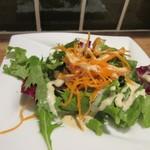 94954194 - 先ずはセットのサラダの出来上がり、葉野菜中心の美味しいサラダでした。