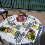 葉山ホテル音羽ノ森 - バルコニーで朝食を