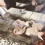 東千歳バーベキュー - 店内さんが塩と胡椒をかけてくれます