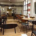 94963099 - 一階の喫茶室。モダンな内装。
