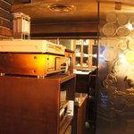 カフェ レ ジュ グルニエ - レトロな雰囲気の店内。向こうにはカウンターが見えます。