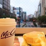 マクドナルド - 早朝の街を背景に・・