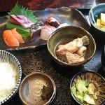 うお左衛門 - お造り定食980円、煮付け、だし巻き卵サラダ