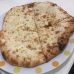 マナカマナ - チーズナン1枚目。まだ余裕。