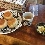 94979790 - 店内で食べるとお茶と漬物をセルフサービスでいただけます。